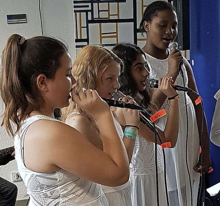 Die Sängerinnen der Schulband.  | Foto: Gerhard Walser