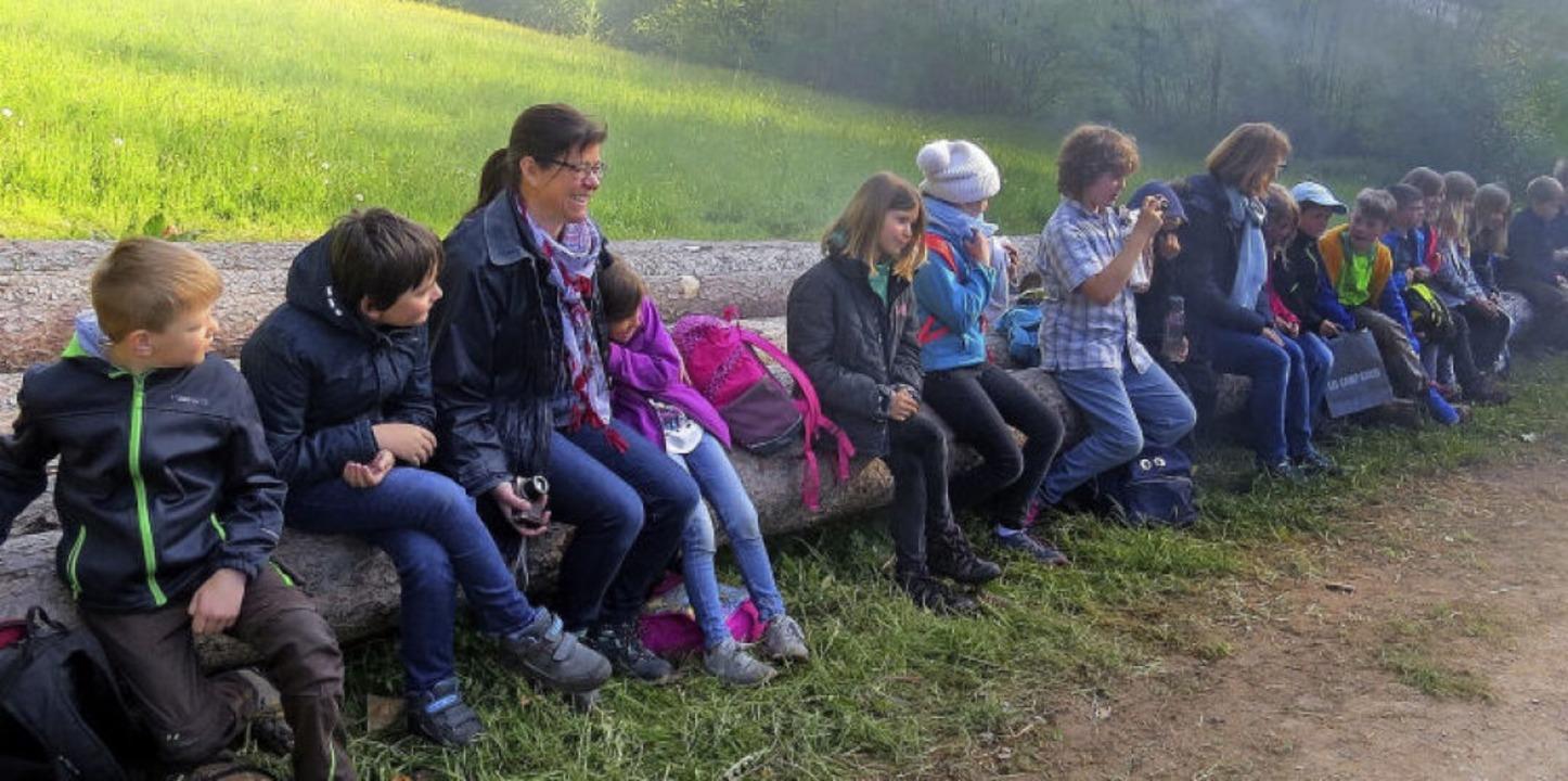 Die Schülerinnen und Schüler schauten ...eitag von den Köhlern geöffnet wurde.   | Foto: Roland Fischer