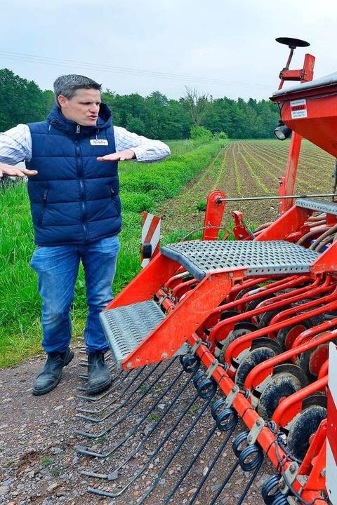 Landwirt Martin Linser erklärt die Dri...at der  Blumenwiese zum Einsatz kommt.  | Foto: Michael Bamberger