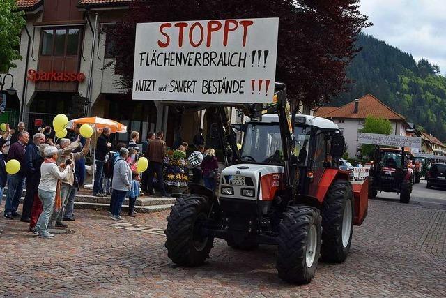 Mit einem Traktor-Korso demonstrieren Landwirte in Todtnau für Naturschutz