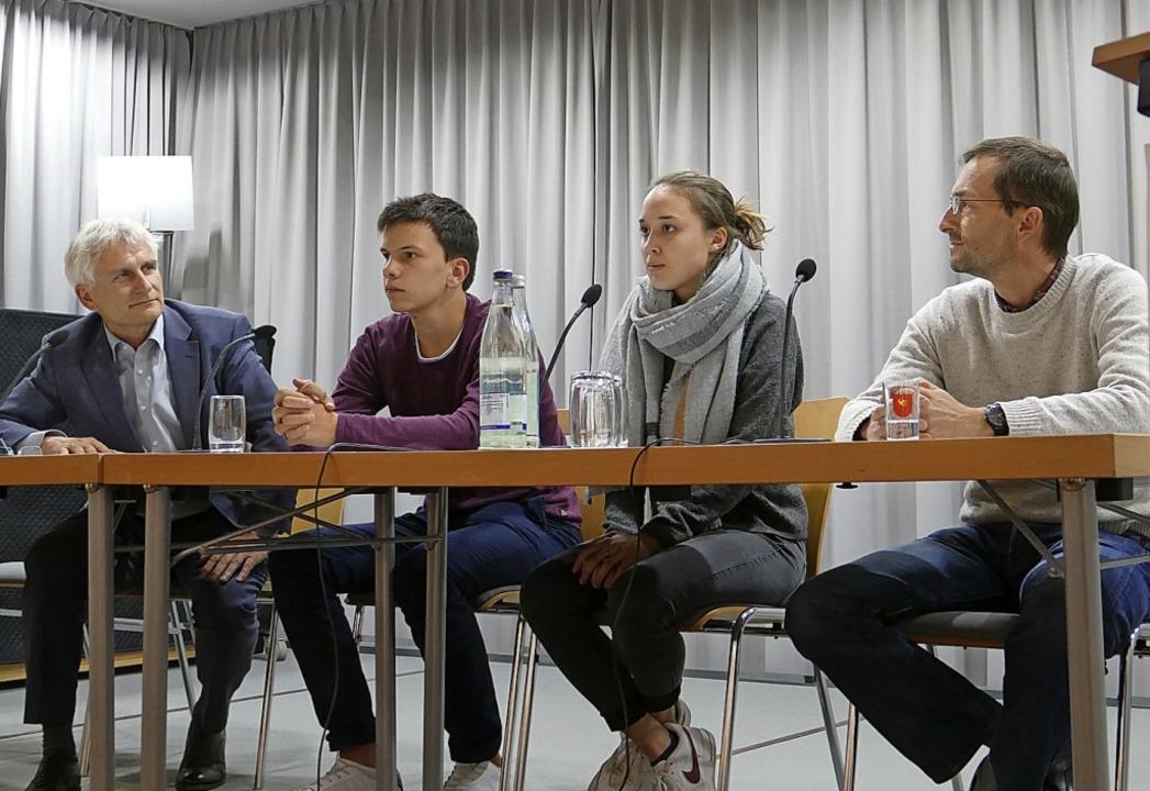 Gerhard Zickenheiner, Leander Hartenbu...links) diskutierten mit dem Publikum.   | Foto: David-Wenk
