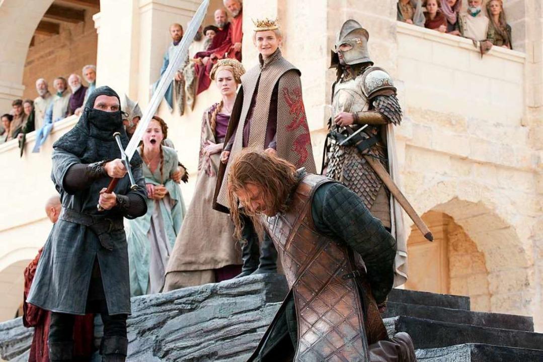 Ned Stark (knieend), gespielt von Sean...ngen der Zuschauerinnen und Zuschauer.  | Foto: - (dpa)