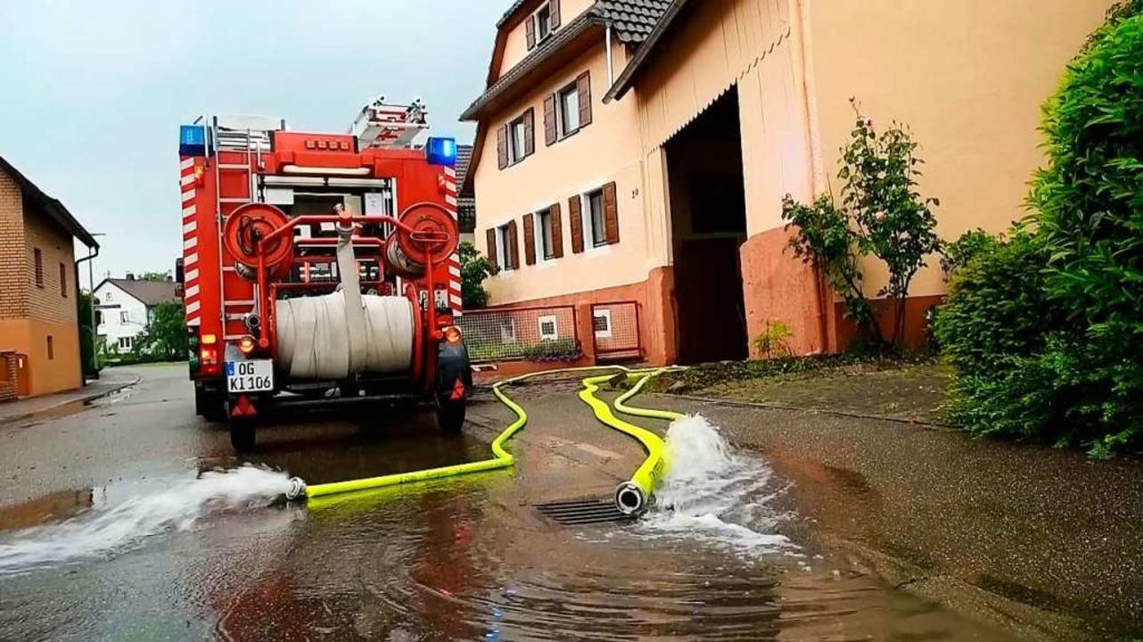 Feuerwehr im Einsatz: Helfer versuchen dem Wasser in Kippenheim Herr zu werden.  | Foto: Wolfgang Künstle