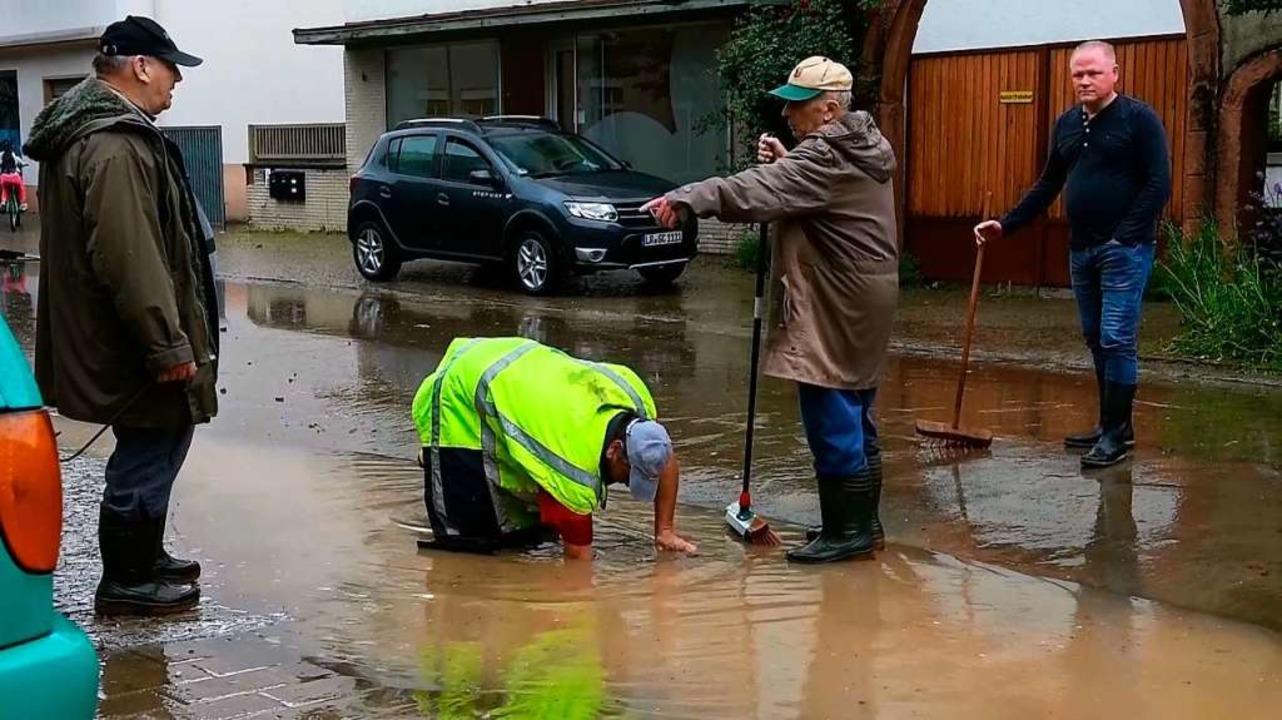 Helfer versuchen dem Wasser in Kippenheim Herr zu werden.  | Foto: Wolfgang Künstle