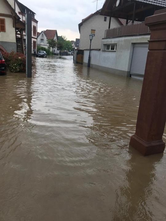 Die Querstraße in KIppenheim und der Parkplatz standen unter Wasser.  | Foto: Feuerwehr Kippenheim