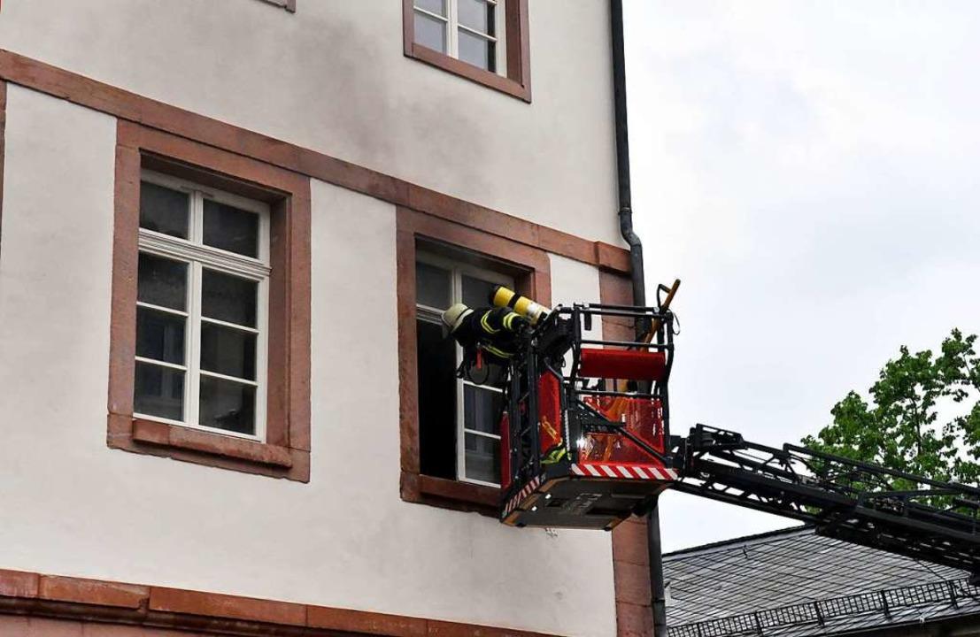 Die Feuerwehr bei den Löscharbeiten  | Foto: Wolfgang Künstle