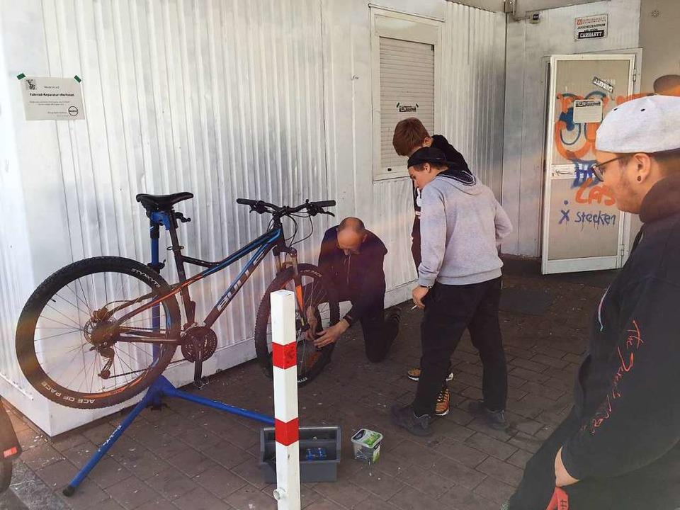 Fahrradfachmann Rüdiger Hof aus Haltin...lich zum Radreparaturworkshop ins JuZ.  | Foto: Jens Künster