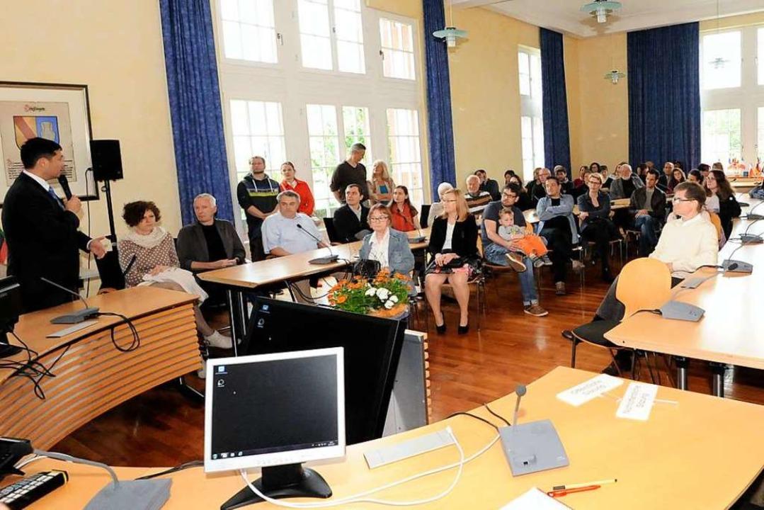 Bürgermeister Markus Hollemann (links)...hr Engagement für die Gemeinde bitten.  | Foto: Markus Zimmermann