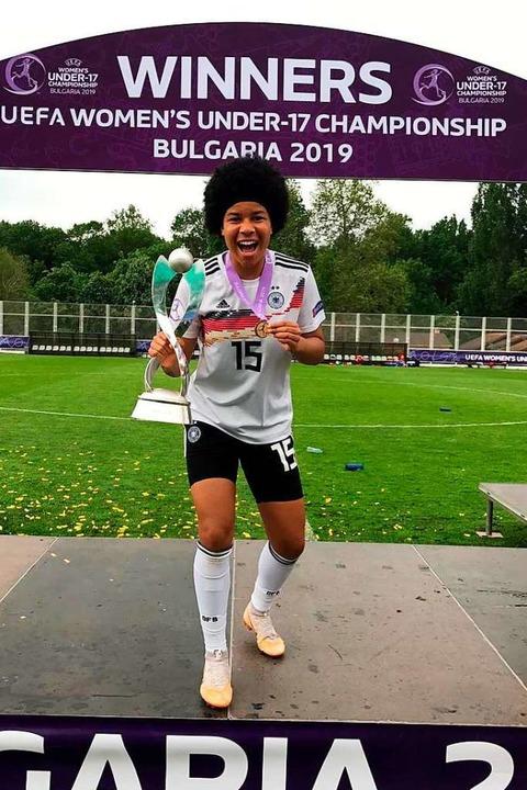 Victoria Ezebinyuo mit Medaille und Pokal nach dem Finale.  | Foto: Privat