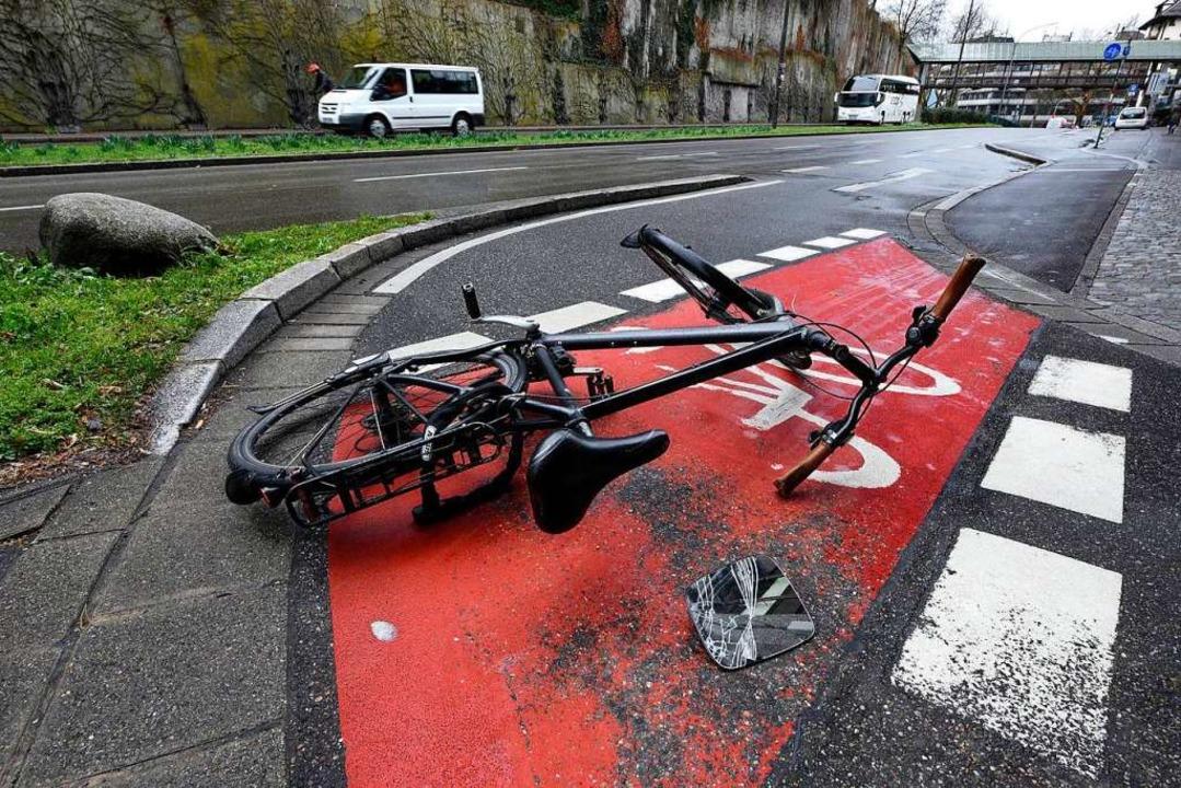 Die Schülerin stürzte mit ihrem Fahrra...r Sattelschlepper sie gestreift hatte.  | Foto: Thomas Kunz