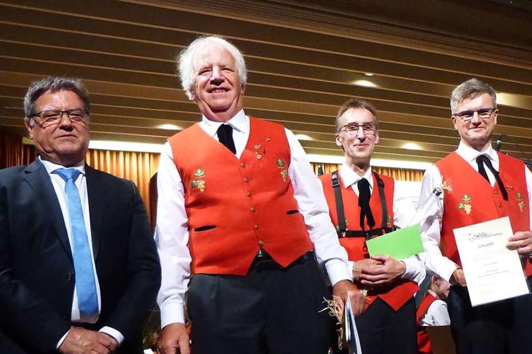 Bernhard Metzger ehrte für 50 Jahre Mi...hre) und Erich Hummel (35, von links).  | Foto: Anne Freyer