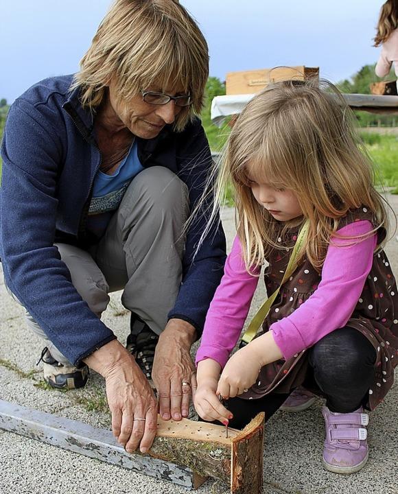 Letzter Schliff: Mit einem Handbohrer werden die Bohrlöcher gesäubert.  | Foto: Annika Sindlinger