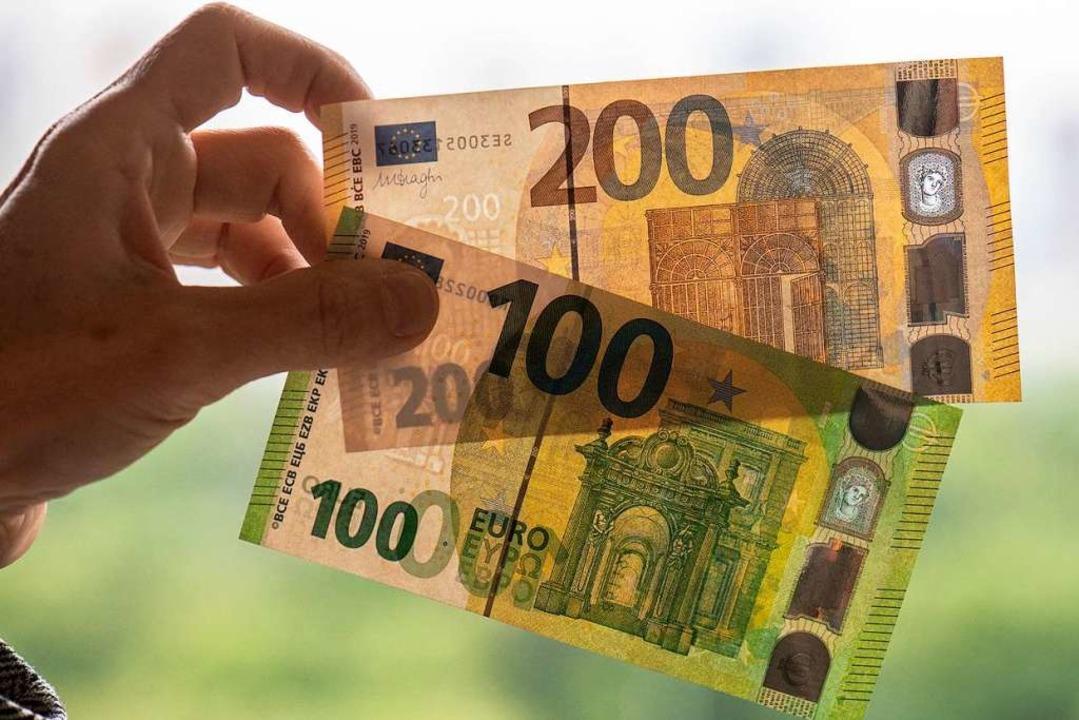 Neue Einhundert- und Zweihundert-Bankn...d schmaler als die bisherigen Scheine.  | Foto: Boris Roessler (dpa)
