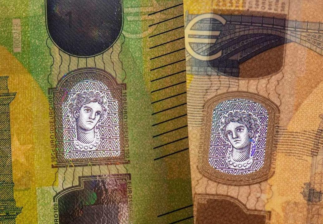 Satelliten-Hologramme und die Europa-P...die Wertzahl der Banknote zu erkennen.  | Foto: Boris Roessler (dpa)
