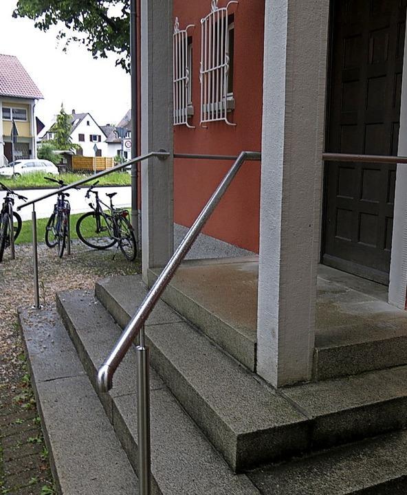Frisch montiertes Geländer an der Kollmarsreuter Ortsverwaltung    Foto: Georg Voß