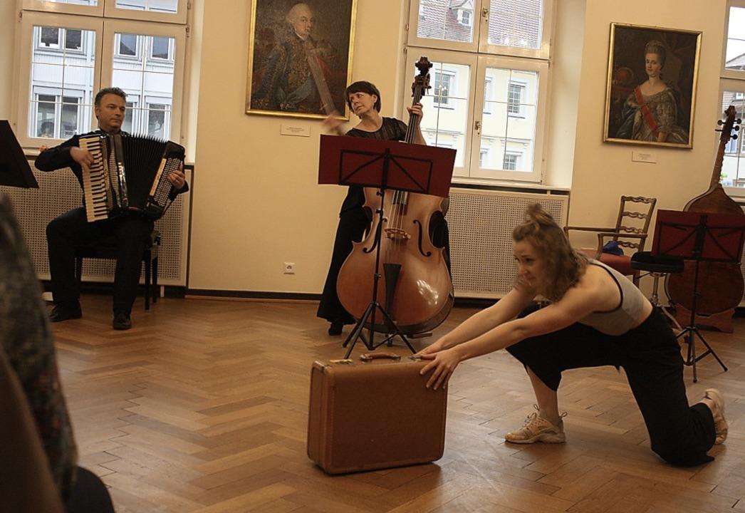 Tanz mit Kontrabass, Akkordeon und Kof...ichmann (von links) und Elise Wichmann  | Foto: Hildegard Karig