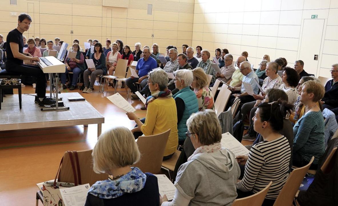 Mehr als 80 Sängerinnen und Sänger aus...m Chorworkshop mit Gregor Linßen teil.  | Foto: Martha Weishaar