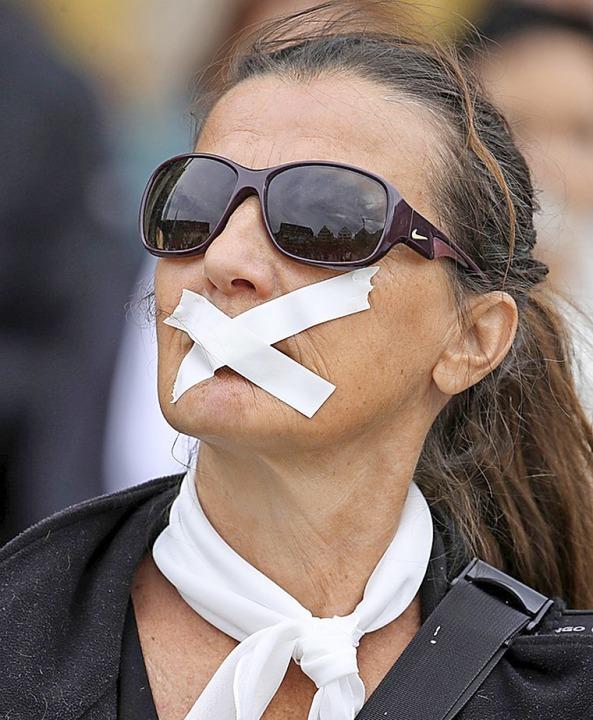 Eine Frau demonstriert für Gleichberechtigung in der Kirche.  | Foto: Karl-Josef Hildenbrand (dpa)