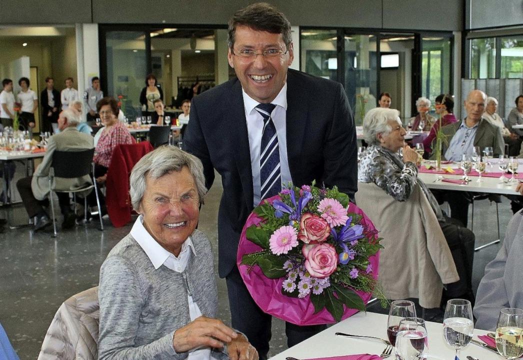 Bürgermeister  Bruno Metz überreicht d...d Brunhilde Jehle einen Blumenstrauß.   | Foto: Ulrike Hiller