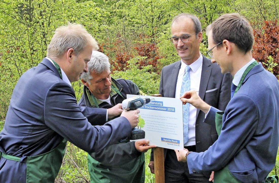 Das Spenderschild an der Waldfläche de...g Frey und Micha Bächle angeschraubt.   | Foto: suedkurier