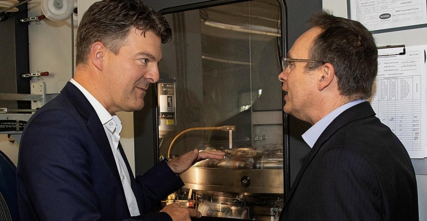 Andreas Schwab (links) und der technis...tsführer von Neoperl Thomas Schindler     Foto: Volker Münch