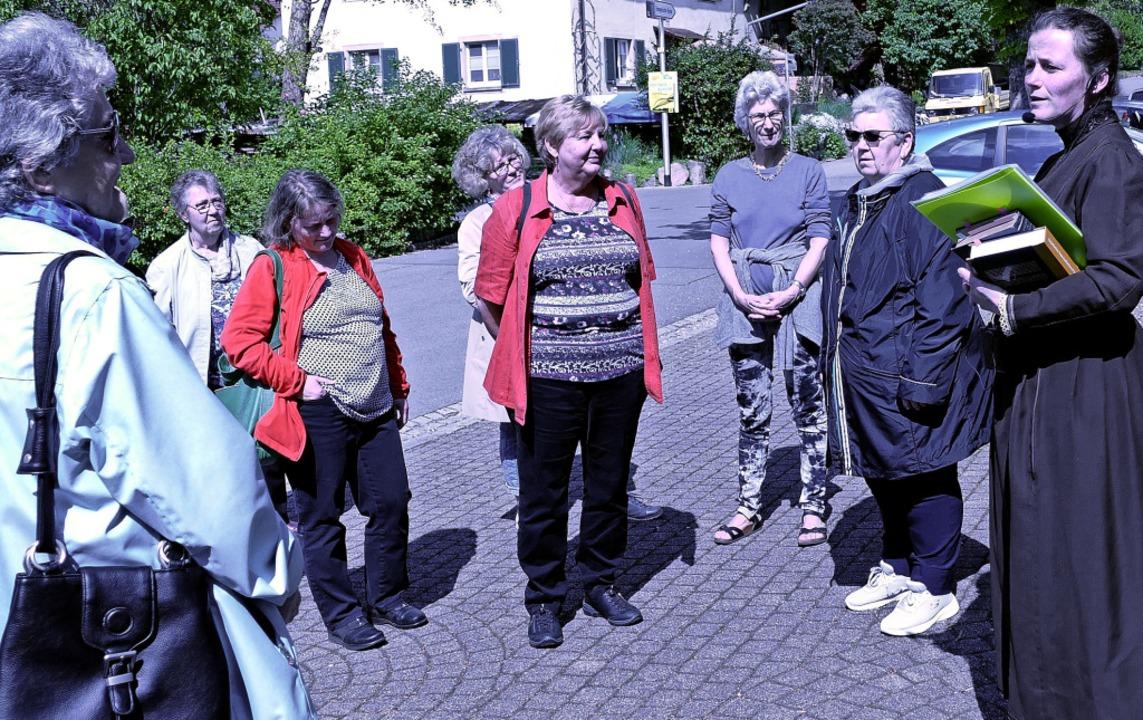 Vor 125 Jahren gründete sich der Fraue...tadtführerin Susi Engler (rechts) auf.  | Foto: Yvonne Siemann
