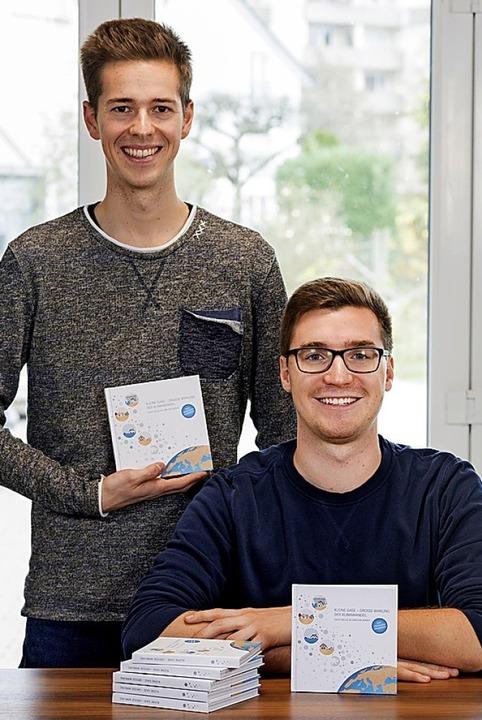 Christian Serrer und David Nelles mit  Klimabuch<BZ-Foto>Edmund Möhrle</BZ-Foto>