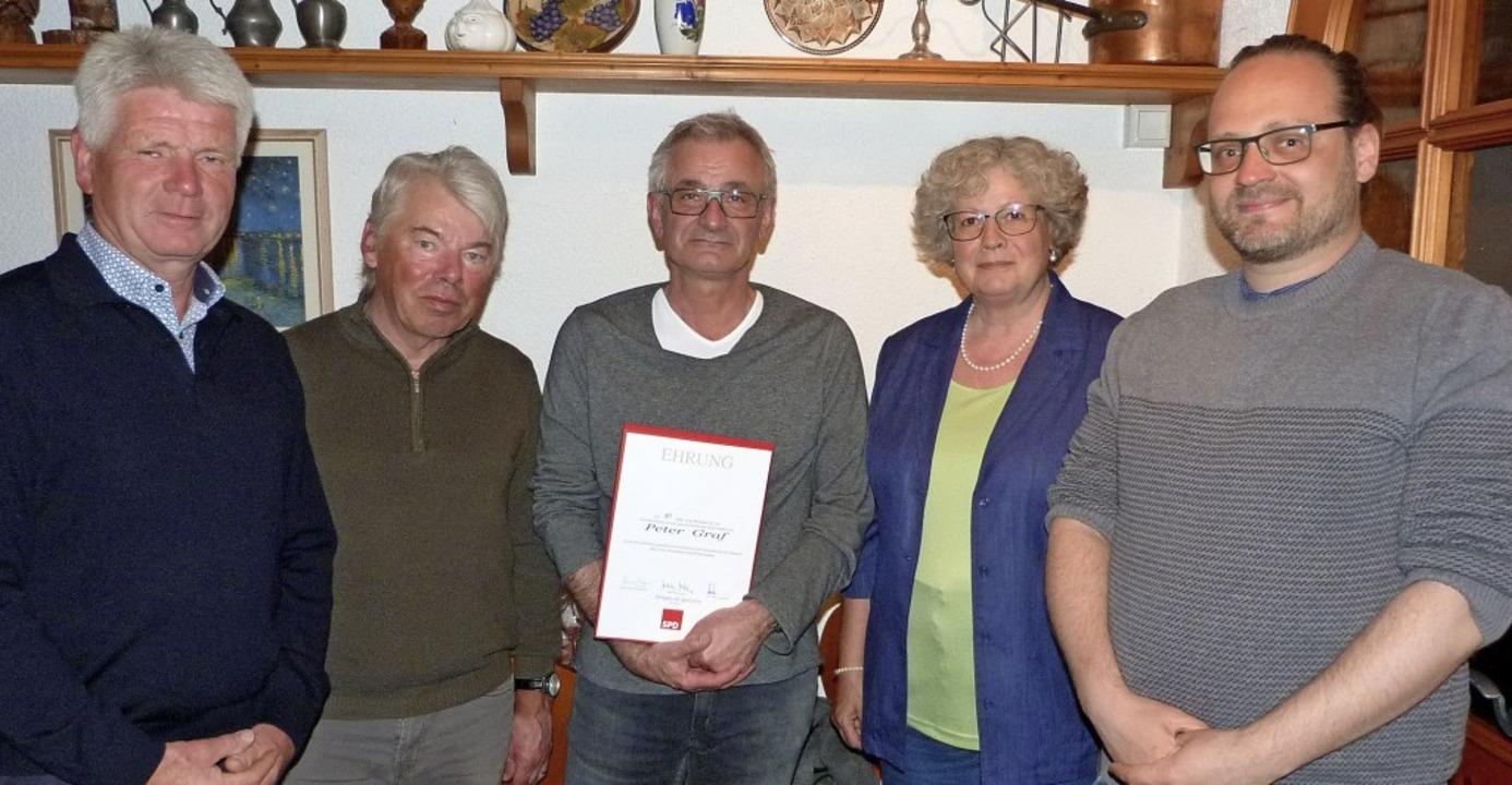 Im Kreis des neu gewählten Vorstands d...jährige Mitgliedschaft eine  Urkunde.     Foto: Christine Weirich