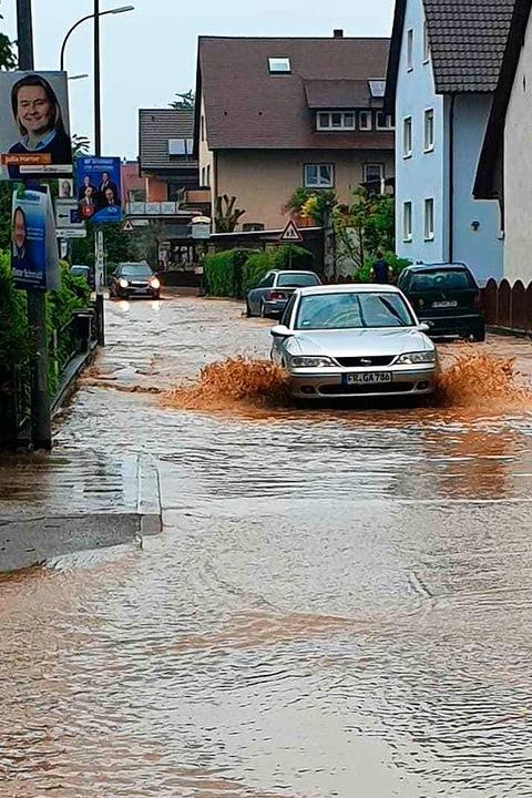 Weil angeschwemmter Schlamm die Abflüs...ßen und sammelte sich auf den Straßen.  | Foto: privat