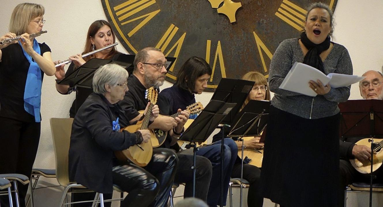 Einfühlsame Liebeslieder und ausgelass...gelischen Gemeindehauses in Tumringen.    Foto: Roswitha Frey