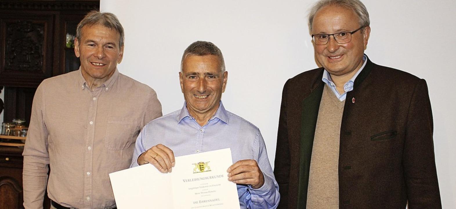 Bürgermeister Peter Palme (rechts) übe... bronzene Ehrennadel des Skiverbands.   | Foto: Martin Klabund