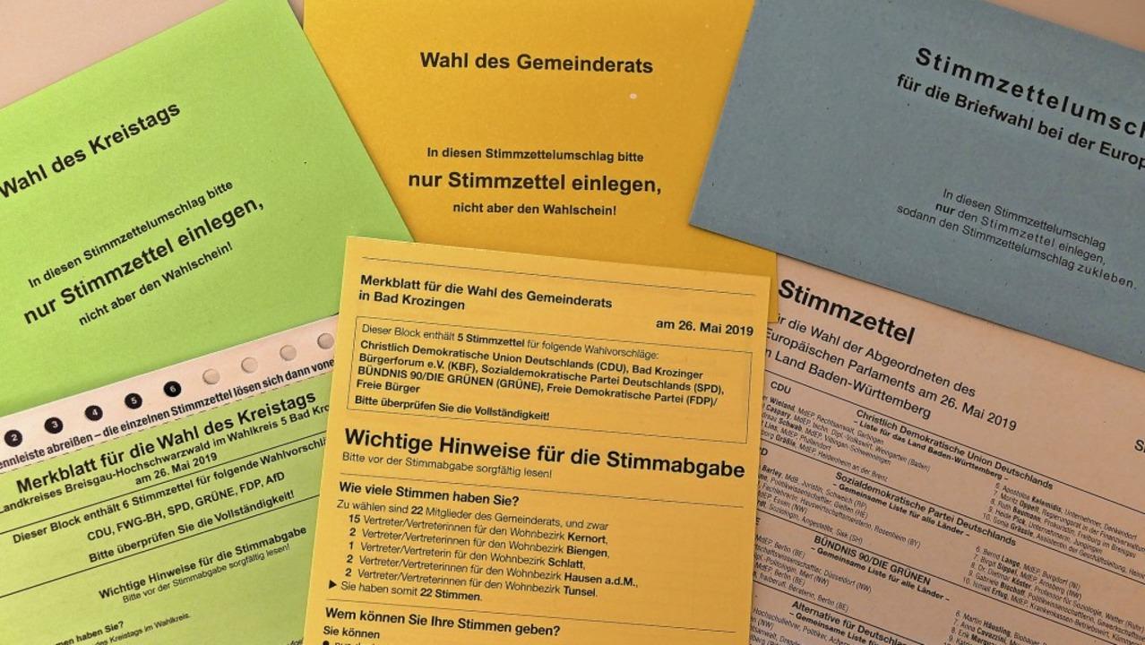 Merkblätter liegen den Stimmzetteln be...arblich passenden Umschläge erhalten.   | Foto: Frank Schoch
