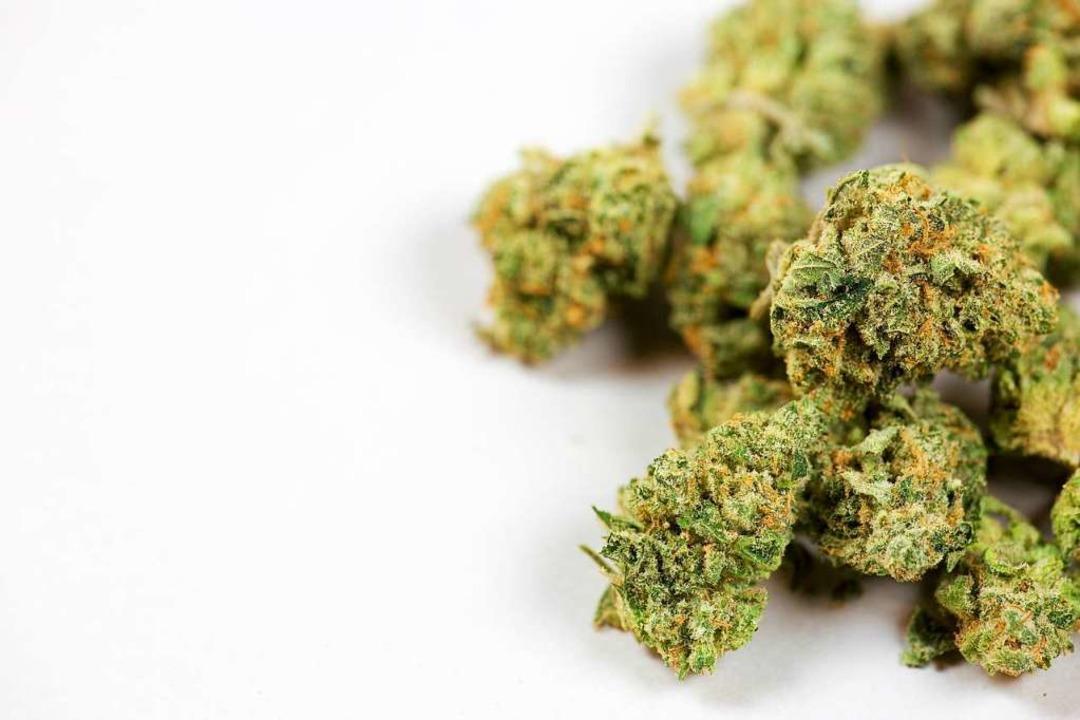 Die angeklagte wurde mit zwei Kilo Marihuana erwischt (Symbolbild).  | Foto: pattersonic - stock.adobe.com