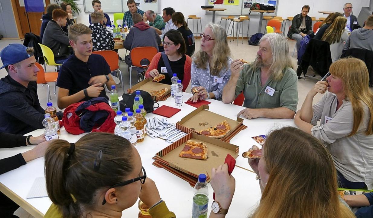Junge Leute kamen in Efringen-Kirchen ...ie Pizza gab's ganz am Anfang.    | Foto: Victoria Langelott