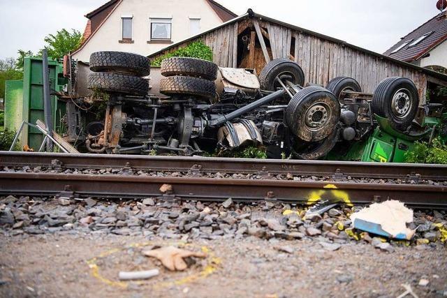 Regionalbahn stößt Lastwagen in Tübingen um – 8 Verletzte