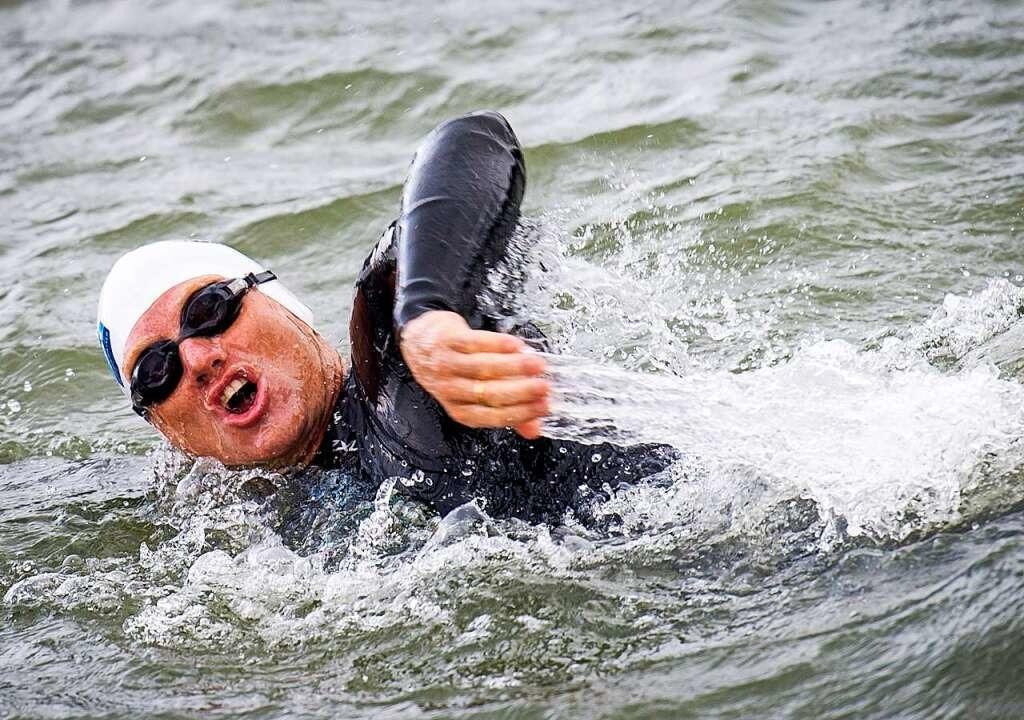 Andreas Fath 2014 beim Schwimmen im Rhein   | Foto: MARCO DE SWART