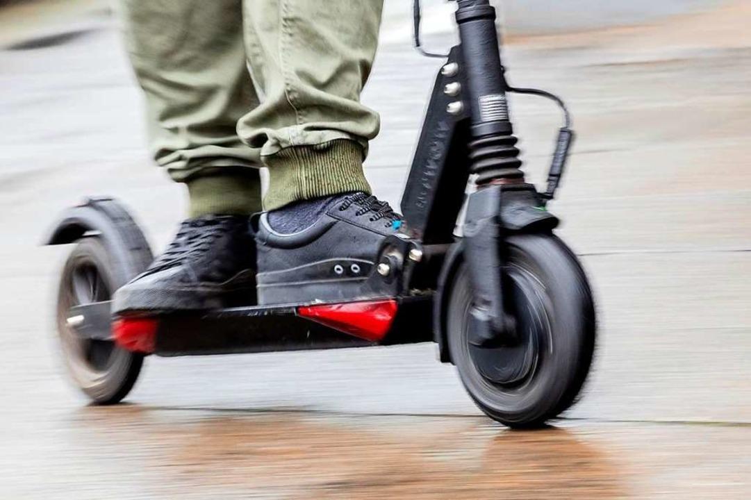 E-Roller könnten vor allem Pendlern weiterhelfen (Symbolbild).    Foto: Christoph Soeder (dpa)