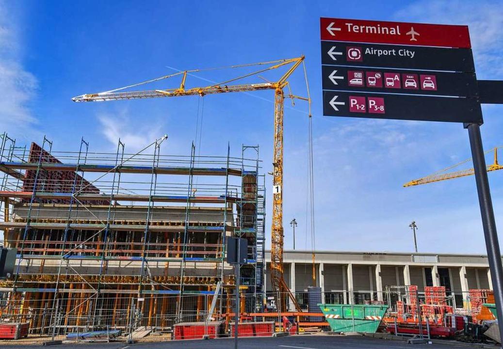Noch ist der Berliner Flughafen eine B...zmöbeln der Vitra ausgestattet werden.  | Foto: Patrick Pleul (dpa)