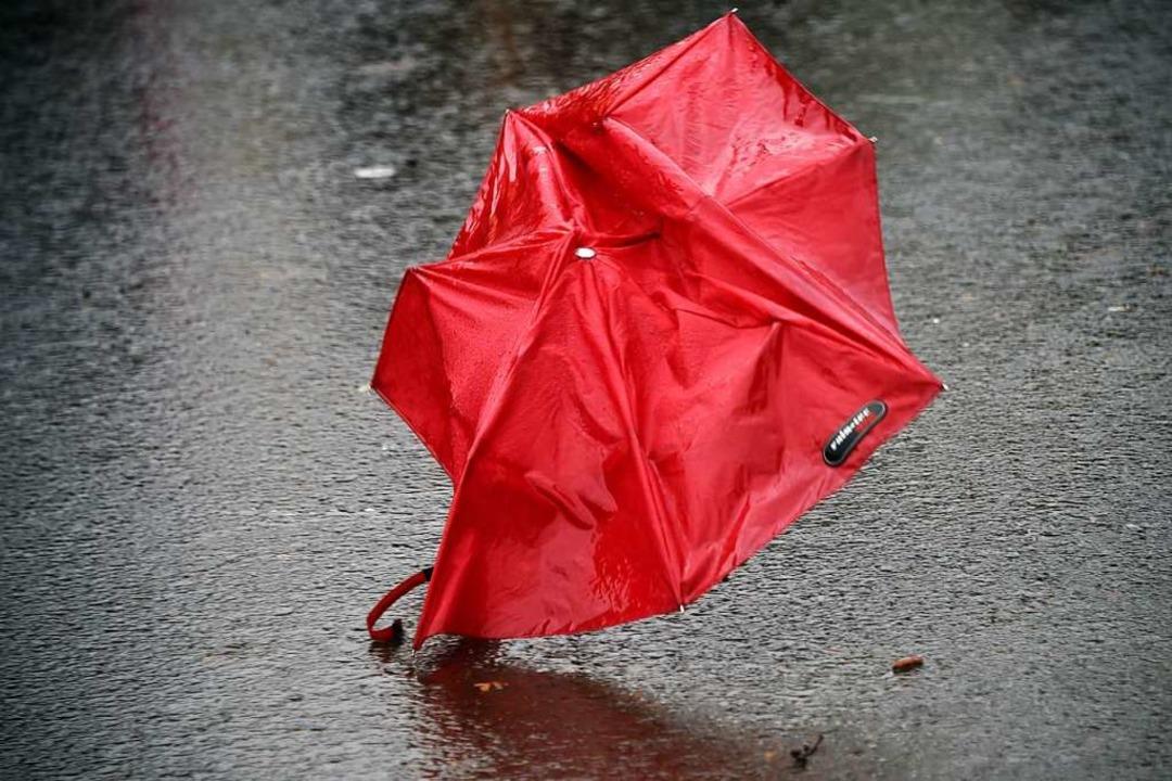 Die Zeit für Regenschirme im Südwesten...en, gibt der Deutsche Wetterdienst an.  | Foto: Uwe Zucchi