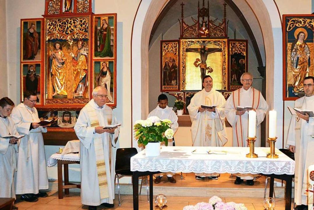 Sie standen dem feierlichen Einweihung...ovinzial Pater Heinz Lau (von rechts).    Foto: Gerhard Lück