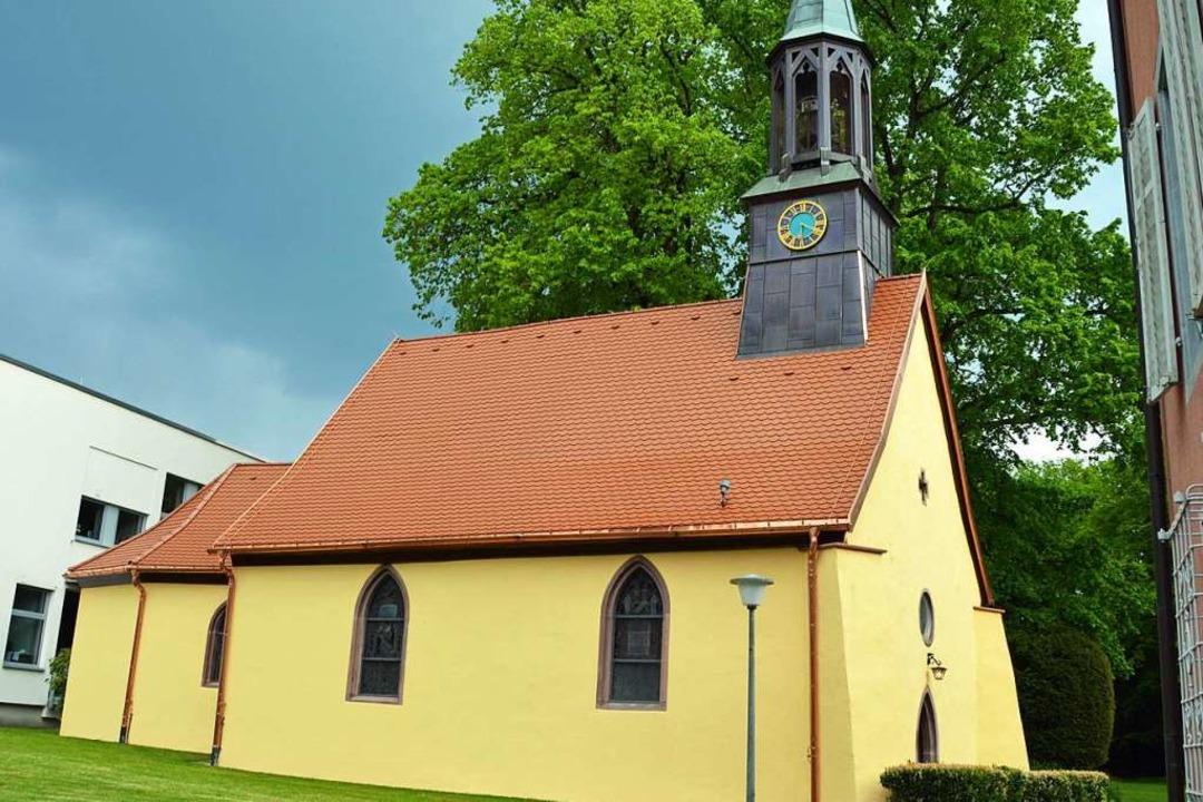 Mit neuem Dach und frischem Anstrich erstrahlt die Schlosskapelle in Stegen.    Foto: Gerhard Lück