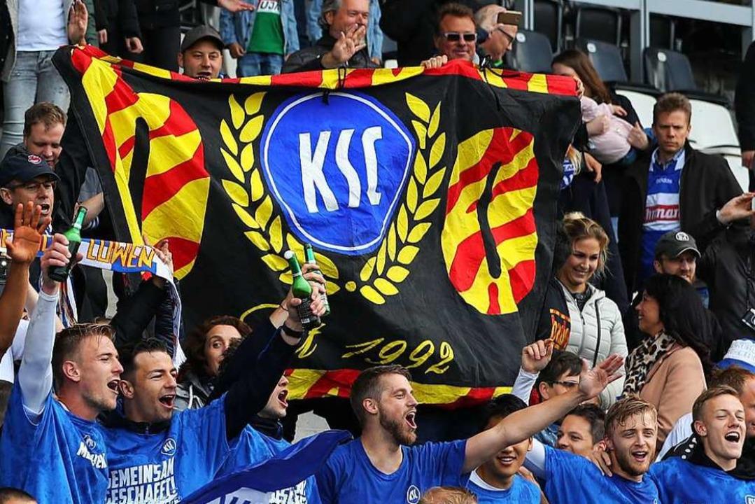 KSC-Fans beim Spiel gegen Preußen Münster    Foto: Friso Gentsch (dpa)
