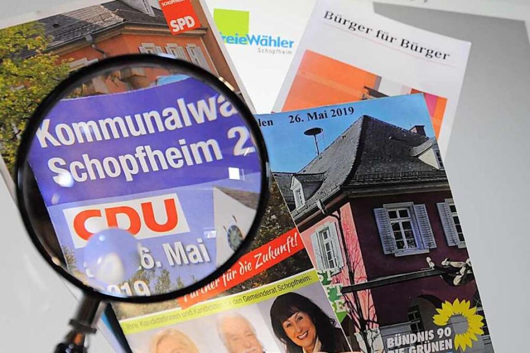 Was steckt drin an konkreten Positione... die  Wahlbroschüren näher angeschaut.    Foto: Nicolai Kapitz
