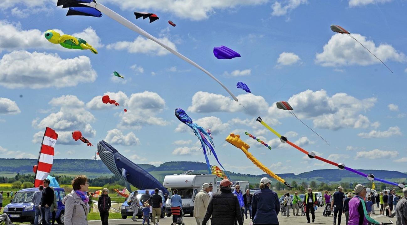 Wenn bunte Drachen am Himmel tanzen un...nger Drachentage ein Publikumsmagnet.   | Foto: Roland Sigwart