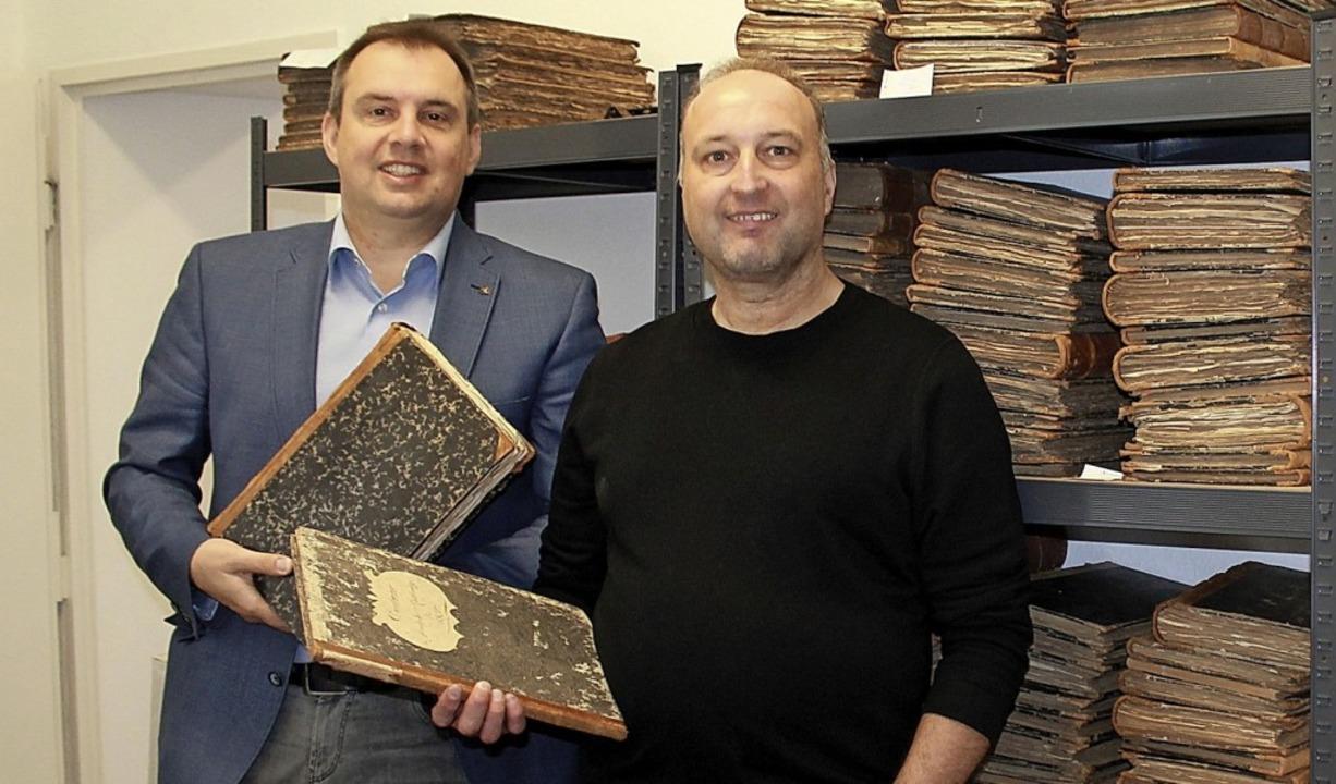 Ortsvorsteher Bernd Dosch (links) mit ...iv von Orschweier  aufgearbeitet hat.   | Foto: Ortsverwaltung
