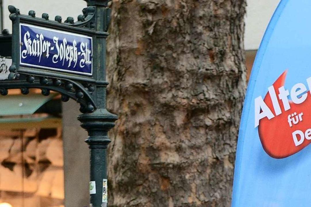 Am Wahlkampfstand der AfD in der Innen...ärt noch den Sachverhalt. (Archivbild)  | Foto: Rita Eggstein