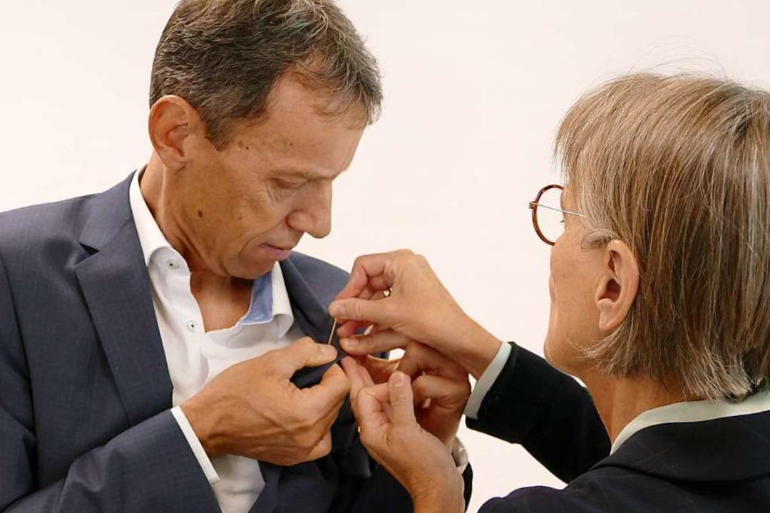 Nur nicht pieksen! Klaus-Günther Wiesl...in das Bundesverdienstkreuz anheften.   | Foto: Peter Stellmach