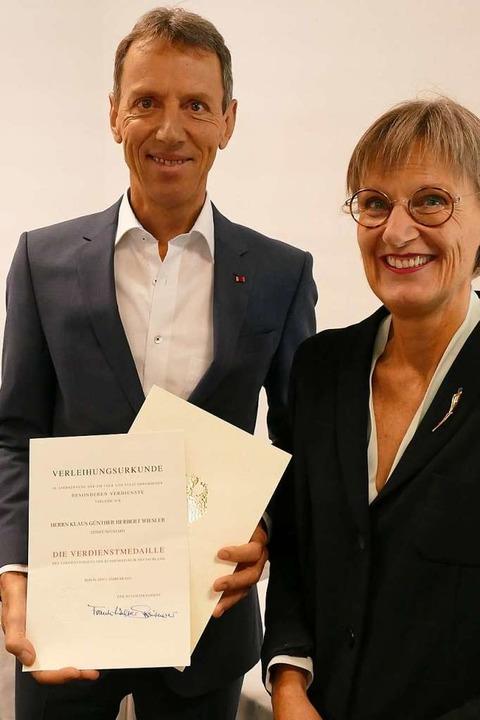 Am Revers das Bundesverdienstkreuz, in... mit Landrätin Dorothea Störr-Ritter.   | Foto: Peter Stellmach