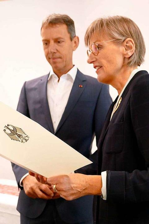 Für besondere Verdienste: Klaus-Günthe...de zum Bundesverdienstkreuz entgegen.   | Foto: Peter Stellmach
