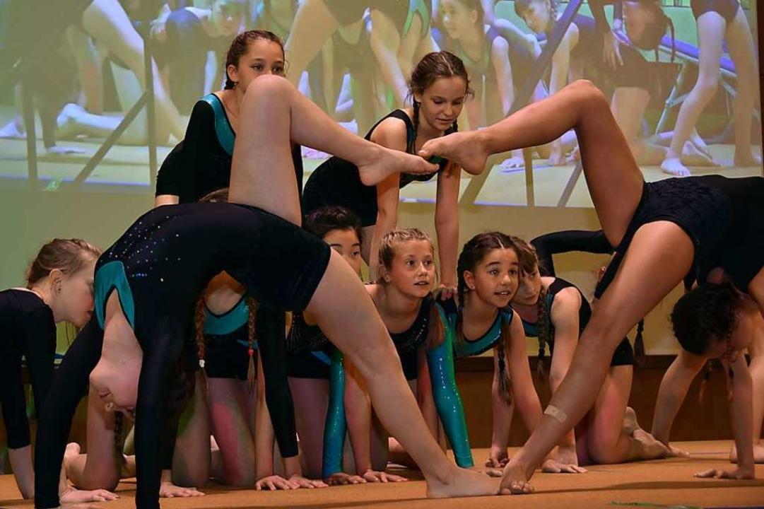 Junge Turnerinnen der Gundelfinger Tur...igen, was sie im Verein gelernt haben.  | Foto: Andrea Steinhart